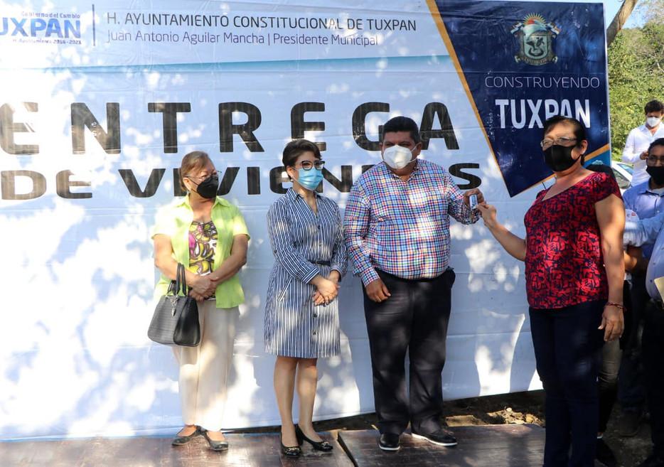 Gobierno de Tuxpan apoya a familias vulnerables con cuartos dormitorio.