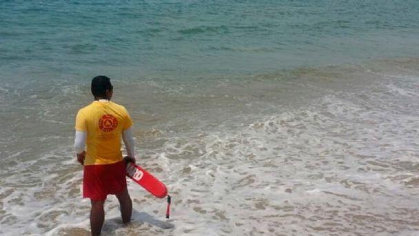 Hombre muere ahogado tras rescatar de ola a su esposa e hijo