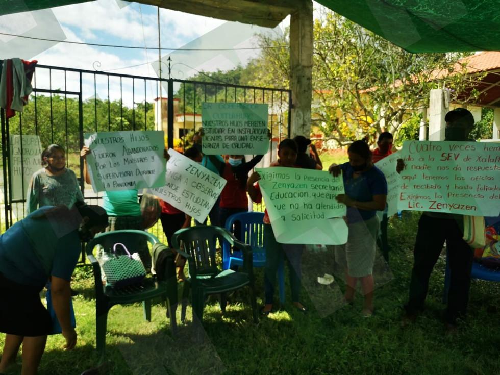 PADRES DE FAMILIA MOLESTOS TOMAN ESCUELA EN PAPANTLA.