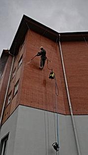 limpieza de fachadas con agua a presión en fachadas de ladrillo visto con sistema de cuerdas industriales tipo A para trabajos verticales en suspensión de cuerda