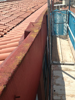 rehabilitación de murete en edificio de santander con sistema de andamio modular.