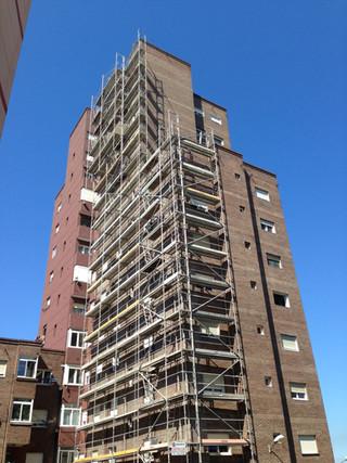 Rehabilitación de fachadas de ladrillo caravista en Santander.