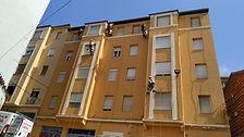 trabajos de pintura colgados de cuerdas industriales para la reparacion mantenimiente y conservacion de fachada de revoco en santander, trabajamos con técnica de trabajos verticales en rehabiliacion de fachadas