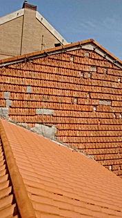 fachadas de tejas con avanzado estado de descomposición