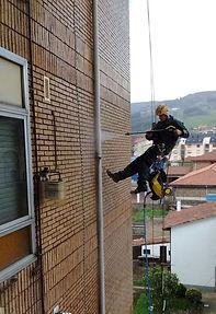 limpieza de fachadas con hidrolimpiadora agua a presión y productos desincrustantes, eliminación de hongos y suciedad de hidrocarburos