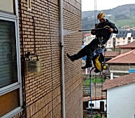 Limpiamos fachadas de ladrillo visto de edificios con máquinas de agua a presión y colgados de cuerdas para trabajos verticales en Torrelavega-Santander y alrededores