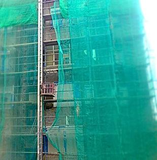 De esta manera, se confiere al edificio de un mejor comportamiento frente a la humedad y temperatura exterior, ya que se regulan las pérdidas y ganancias térmicas no deseadas, se evitan los puentes térmicos de la estructura (pilares y frente de forjado) y se reduce el riesgo de condensaciones, manteniendo las características del edificio.