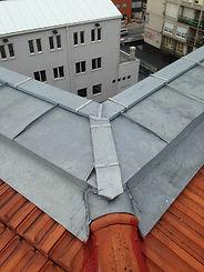 instalacion de zinc como limas o pesebrones, remates de tejado con revestimieno o cobertura de zinc en muros limas encuentros de tejado alfeizar de ventanas