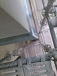 A la hora de realizar el proyecto, se debe prestar especial atención a los encuentros con la cubierta, los balcones, la carpintería exterior (ventanas y puertas), así como cualquier heterogeneidad que tenga la fachadas