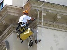Control de plagas pinchos y redes anti aves, palomas, gaviotas en tejados, aleros, ventanas, patios, trabajos verticales o altura Santander Cantabria.