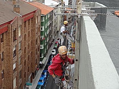 restauración de aleros con sistema de trabajos verticales en santander torrelavega. reparación de forjados de hormigón. picado de disgregaciones del mortero