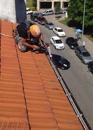 Instalamos pinchos anti palomas, gaviotas, gorriones en Torrelavega-Santander con sistemas de cuerdas y trabajos verticales.