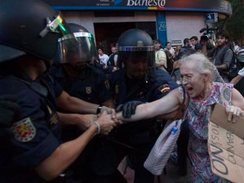 policia-agrediendo-anciana-500x375.jpg