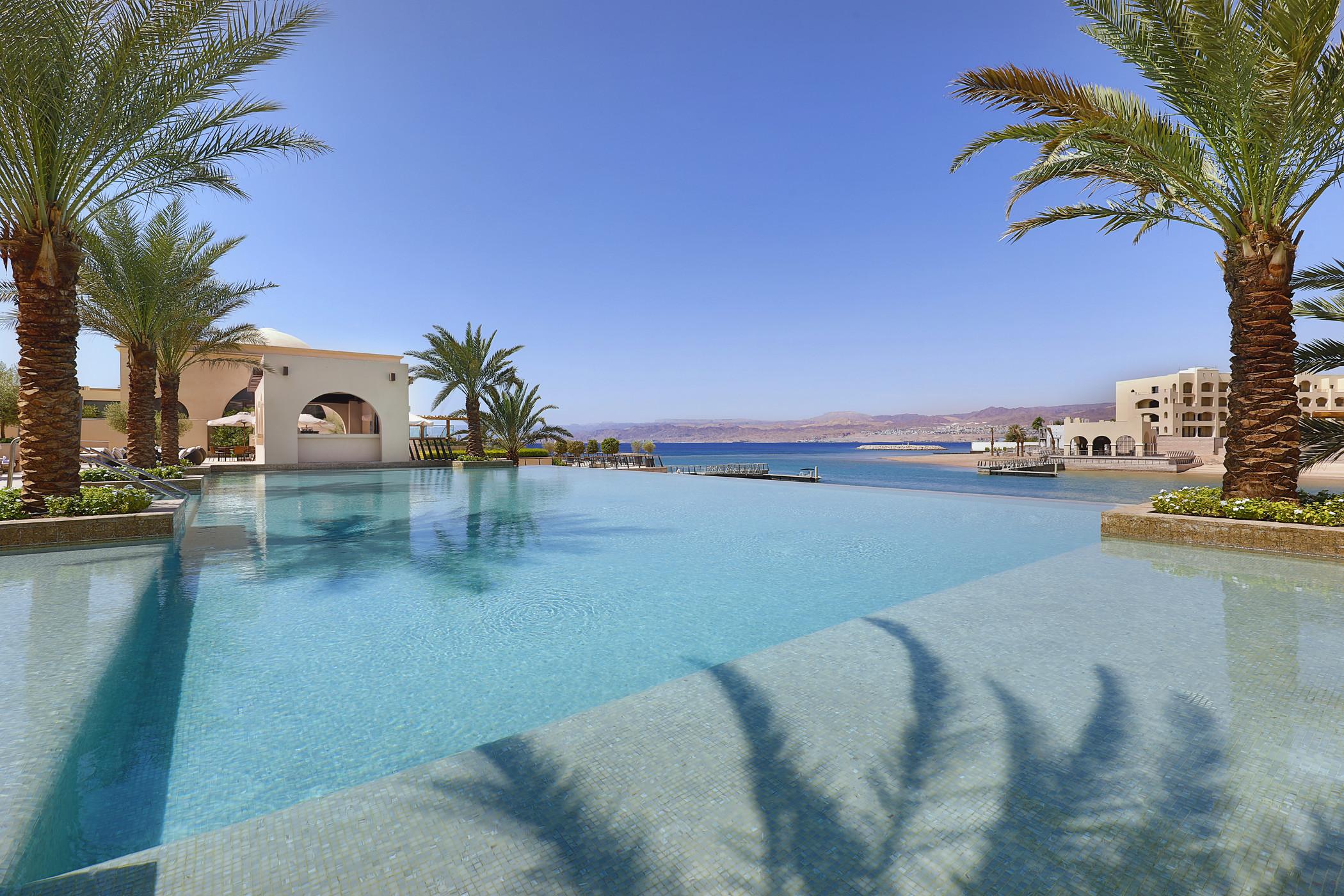 El primer Hotel Luxury Collection en Jordania cuenta con 207 habitaciones, incluyendo 43 suites y dos villas, con acogedores balcones y ventanales con vistas al mar Rojo y las impresionantes cadenas montañosas. Una escapada para olvidarse del frío junto al mar, aprovechando el sol que hay durante todo el año en la playa privada y la piscina estilo boutique del hotel.