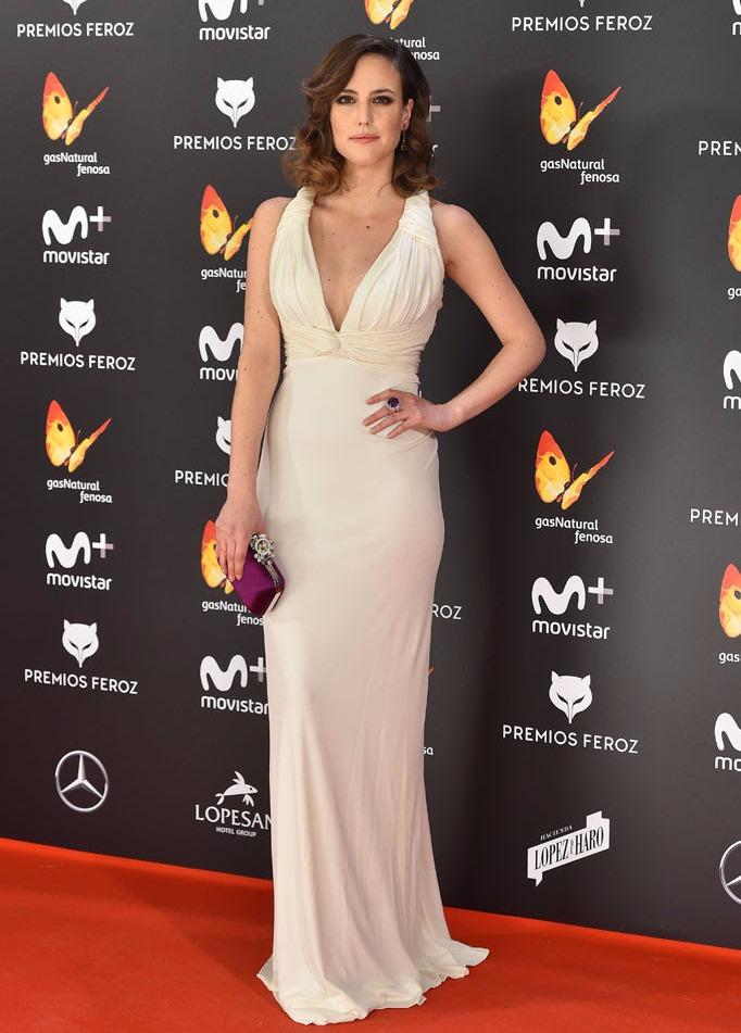 Vestido de Carolina Herrera, clutch de Jimmy Choo y joyas de amastistas de Yanes.