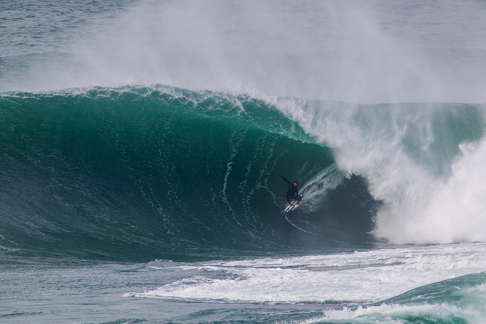 Natxo González e Indar Unanue surfeando la bestia de Mullaghmore, en Irlanda / Foto: Red Bull