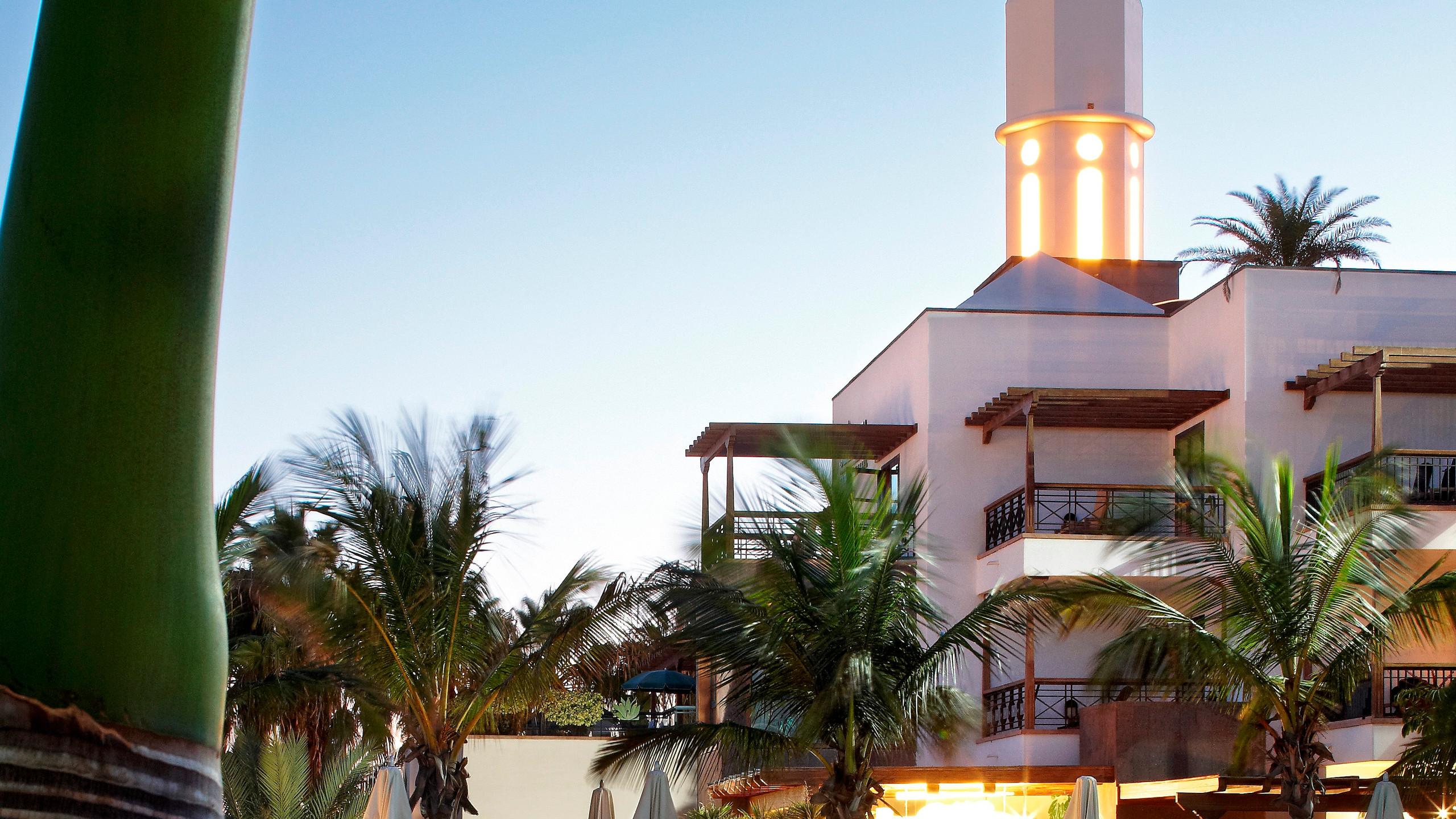 En una de las mejores playas de Lanzarote, Playa Dorada, cuenta con todo lo necesario para vivir una navidad de ensueño. Vistas, servicios, Talasso & Spa o espacios para niños,  multitud de opciones donde comer o cenar y un programa de fiestas muy completo.