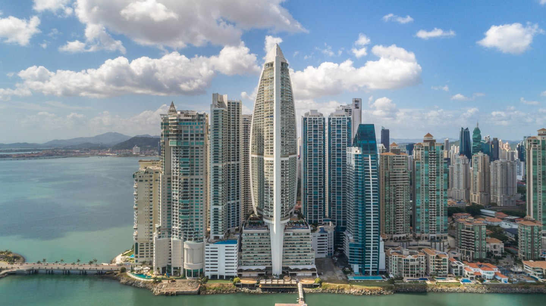 Para los más urbanitas este hotel recientemente inaugurado, es el inicio un nuevo capítulo en la hostelería del lujo y la sofisticación en uno de los destinos más dinámicos de América Latina. Antiguamente The Bahia Grand Panama Hotel, tiene una envidiable localización frente al mar y 300 metros de altura, siendo el edificio más alto de América Central.