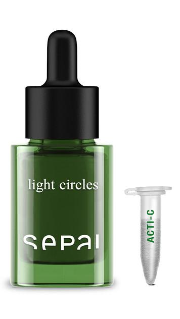 El serum anti-ojeras que ilumina e hidrata el contorno de los ojos. De efecto inmediato gracias a los pigmentos que capturan los pigmentos sanguíneos.(70€)