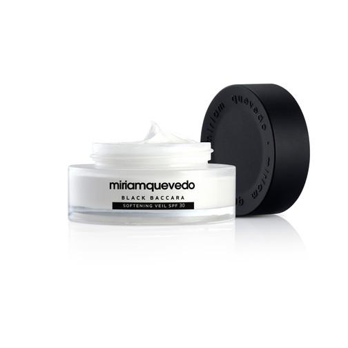 Black Baccara Softening Veil SPF30, un acabado perfeccionador con pigmentos iluminadores y embellecedores que crean un efecto piel perfecta en el rostro, sella el tratamiento y revierte los signos del envejecimiento. Reduce los poros, suaviza la piel y crea un acabado fresco de forma instantánea a la vez que protege contra los rayos UV.