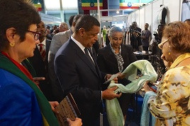 U.S. Ambassador to Ethiopia Patricia M. Haslach with President Mulatu Teshome at the Origin Africa presents: Africa Sourcing and Fashion Week trade expo Wednsday October 21, 2015, Addis Ababa, Ethiopia