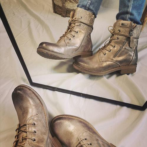 Mes bottines dorées et dentelle
