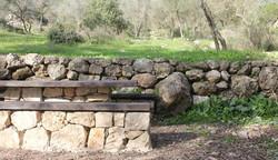 אדריכל בהרי ירושלים, ספסלי אבן