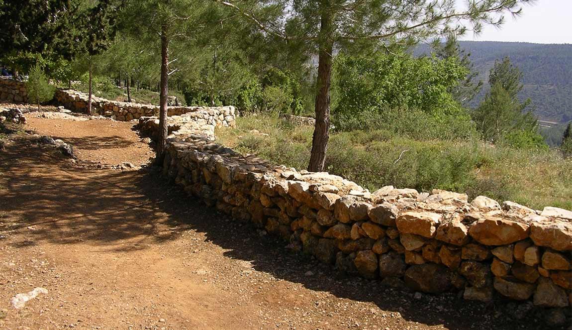 אדריכל בהרי ירושלים, בניה באבן