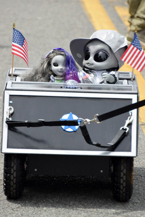 At 2pm, everything stops, and Main Street is cleared for the alien parade.
