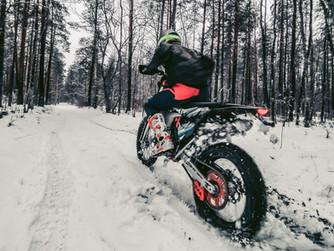 Talvised elamused adrenaliinisõltlastele: enduuromootorrattaga metsa!