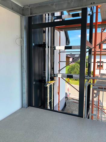 Der Aufzug hält am Balkon an, worüber man bequem in die Wohnung gelangt