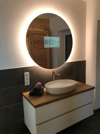 Waschtisch mit TV-Spiegel