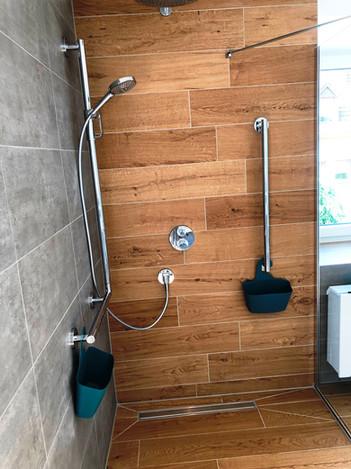 Praktische Aufbewahrungstaschen befinden sich in der ebenerdigen Dusche. Breite: 1,30m