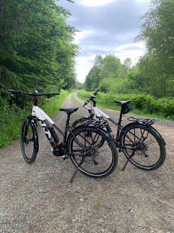 Für eine entspannte Fahrradtour durch unsere naturnahe Umgebung stehen zwei E-Bikes zur Ausleihe bereit. Verfügbahrkeit bitte im Vorfeld erfragen.  Kosten:  29€ pro Fahrrad pro Tag