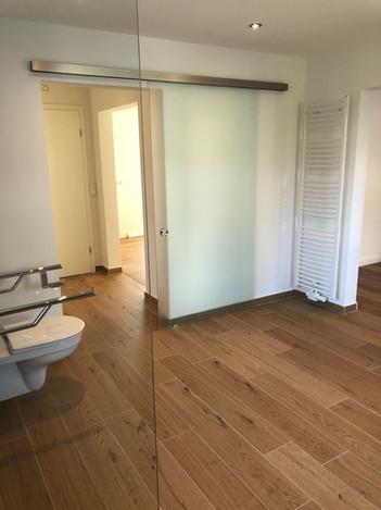 Zwei (hochklappbare) Haltegriffe befinden sich neben der Toilette