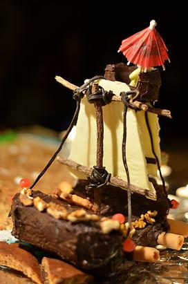Bâteau pirate en pain d'épice et glaçage chocolat