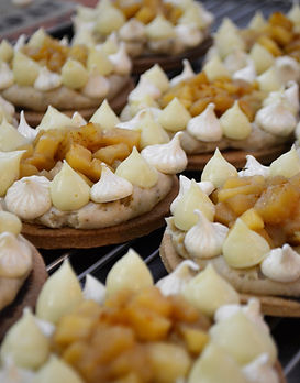 Tartelettes aux pommes caramel beurre salé, crème de reine des prés