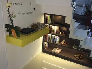 Use a criatividade para aproveitar o espaço embaixo da escada