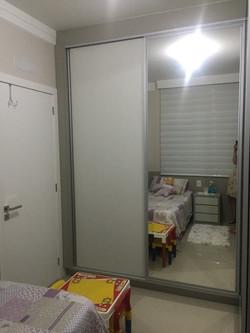 Armário com porta de espelho