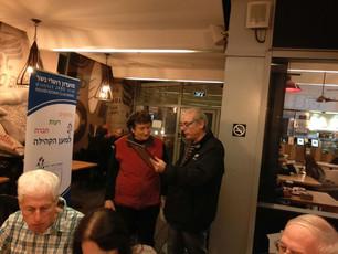 ישיבה עסקית של חברי המועדון קפה ארומה נשר