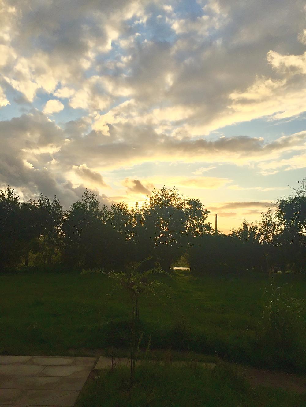 Schnappschuß Richtung Westen kurz vor Sonnenuntergang von der Terrasse  Restaurant am Baggersee