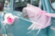 trouw auto, trouwauto, roze linten, blauwe auto, groene auto,