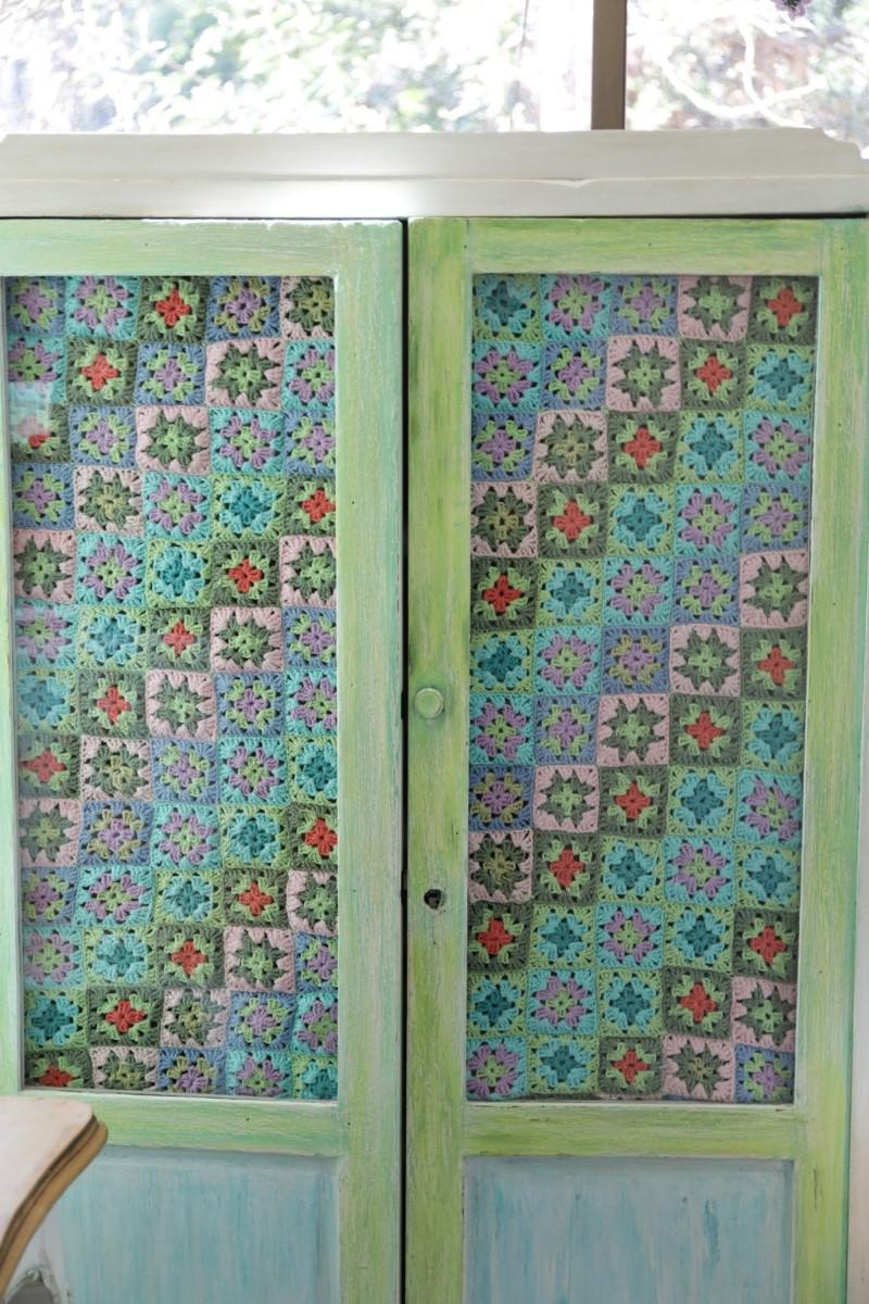 cortina con cuadraditos de distintos colores a crochet
