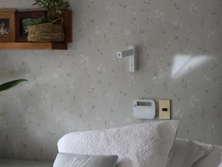 Colocando papel mural en mi dormitorio