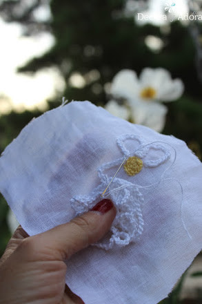 hacer una aplicación  fácil una margarita a crochet, solo tejer una cadeneta