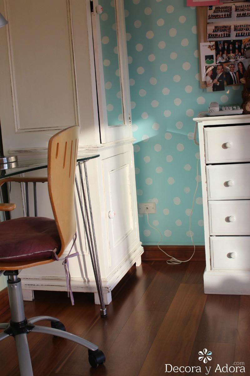 decoración de dormitorio con pared pintada de lunares