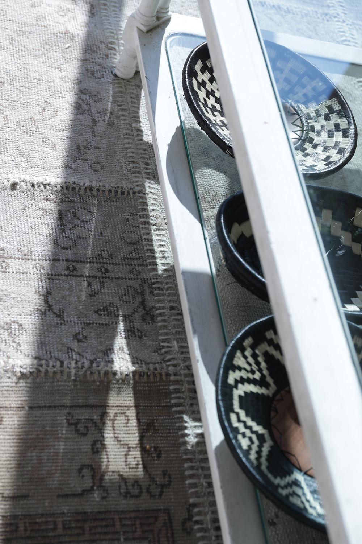 colección de cestería colombiana en sala de estar