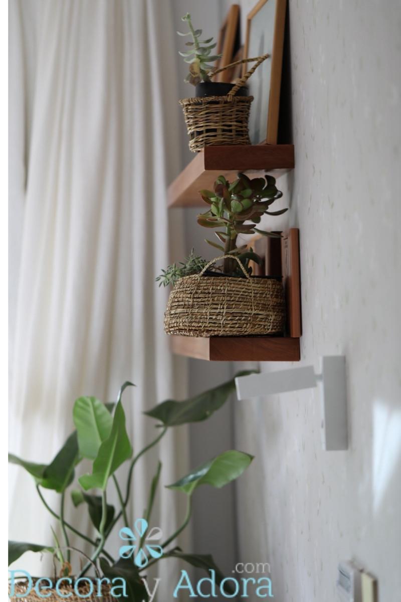 macetas en canastos de chiloe decoran dormitorio matrimonial