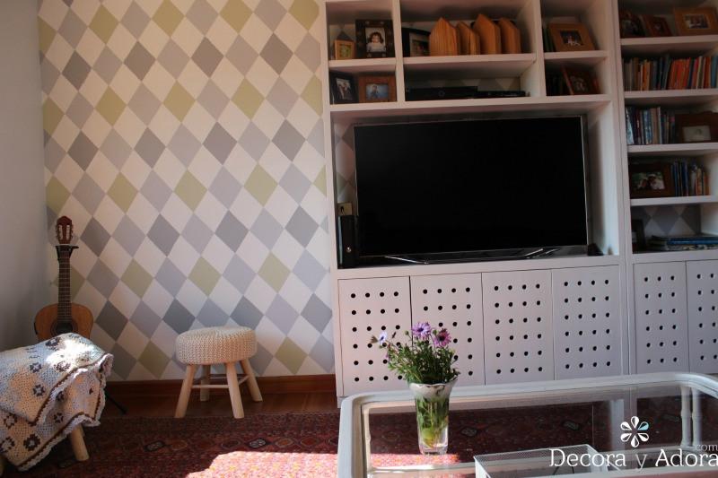 pared de rombos en sala de estar de niños