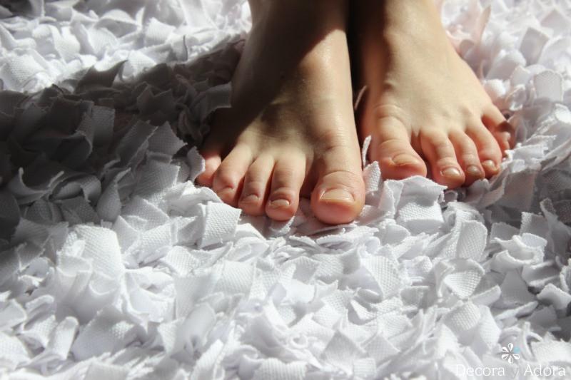 acogedora alfombra de nudos con retazos de tela